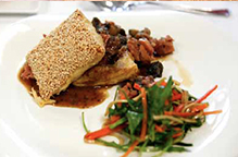 Feuillantine de jambon de Reims aux moûts de raisin, petite salade de légumes croquants