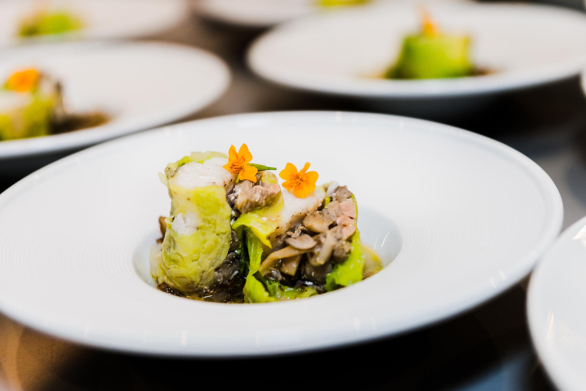 Filet de St Pierre au foie gras et pleurotes, bouillon de volaille au saumon fumé et champignons enoki